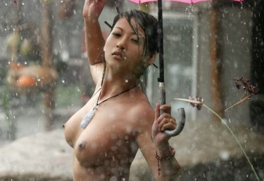 Asiática na Chuva