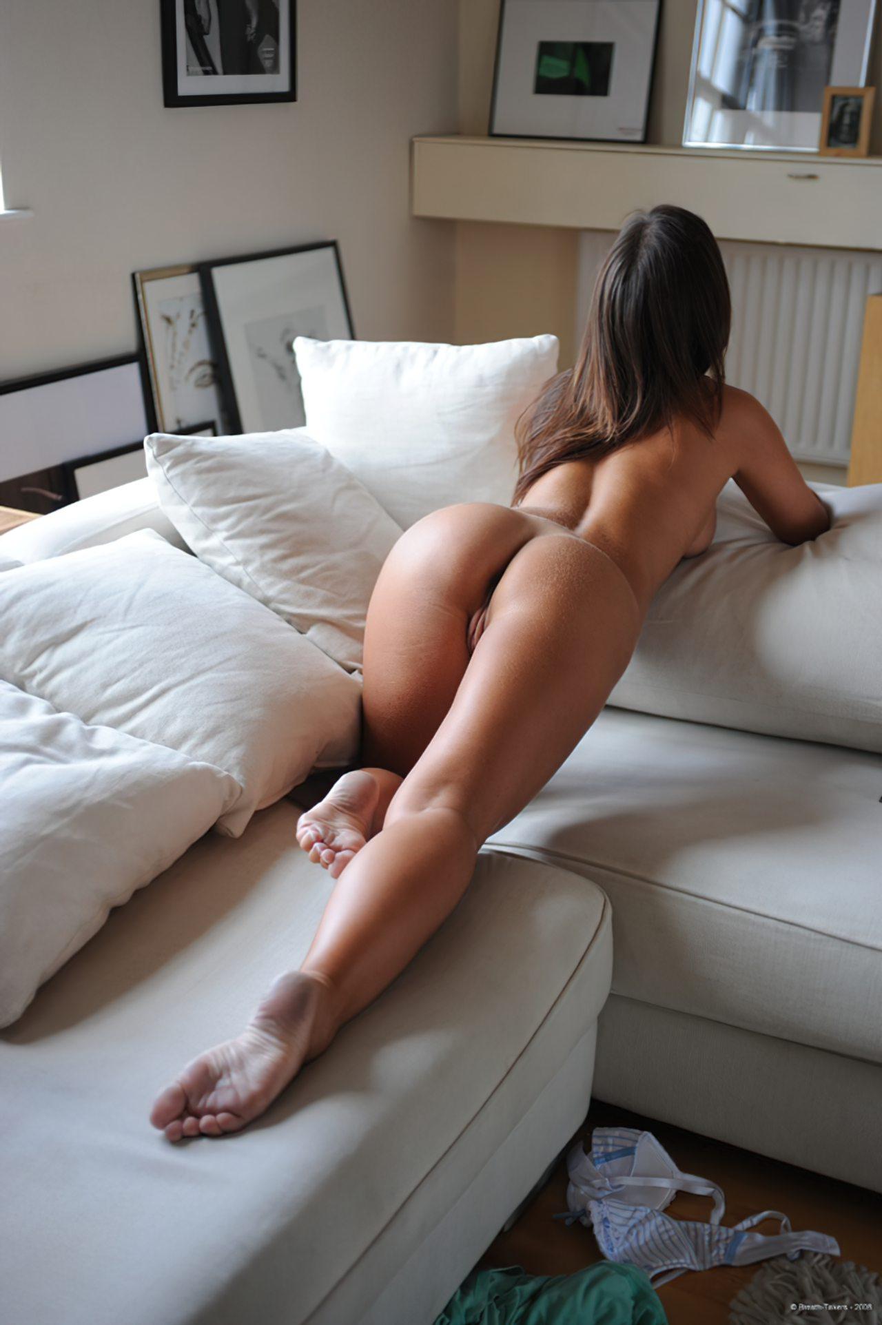Mulher Nua no Sofá