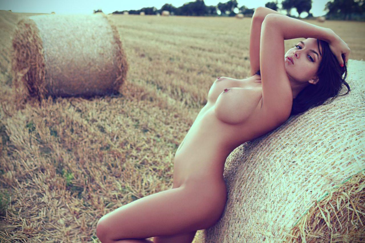 Mulher Russa Pelada no Campo