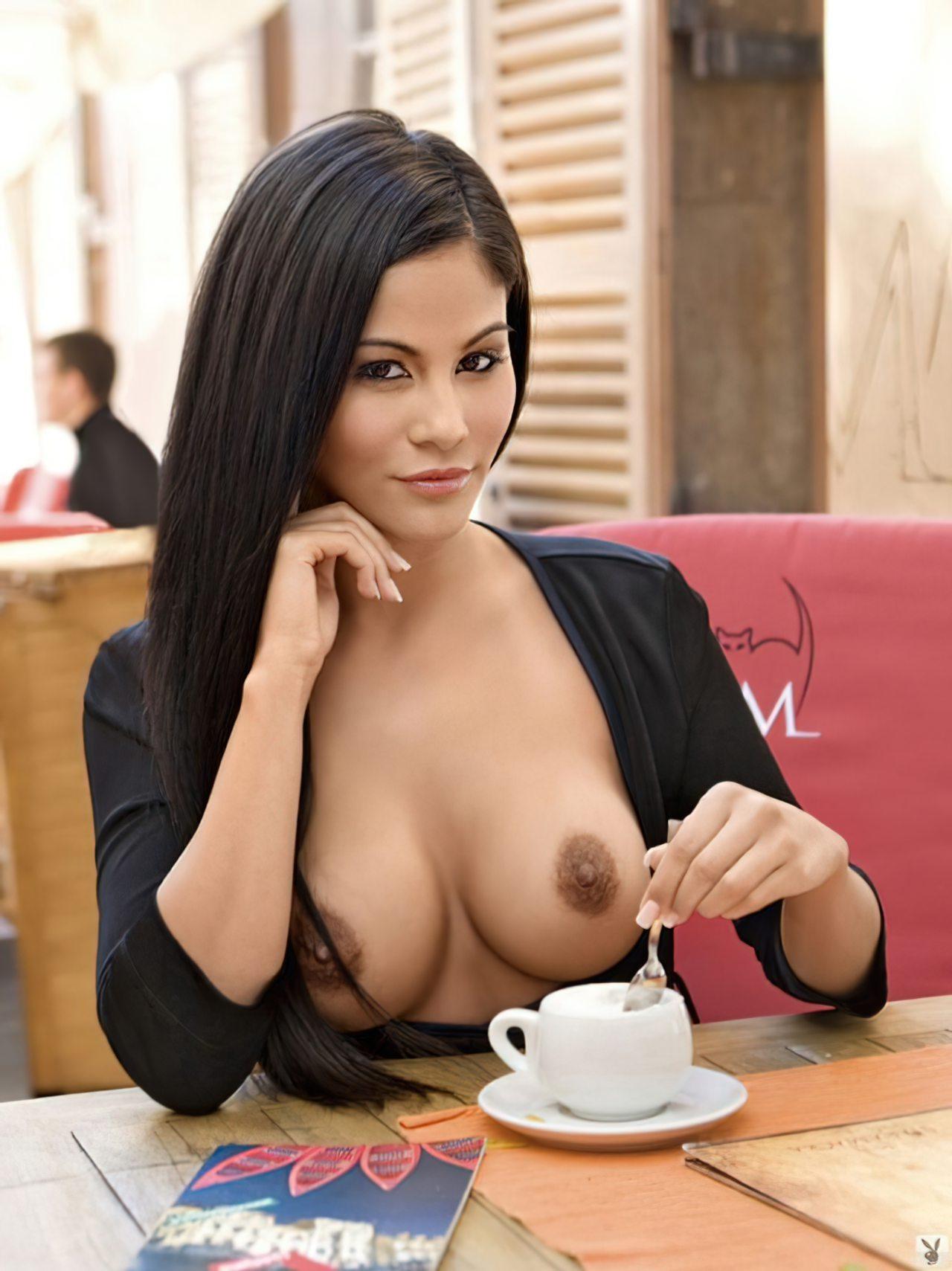 Gata Tomando Café