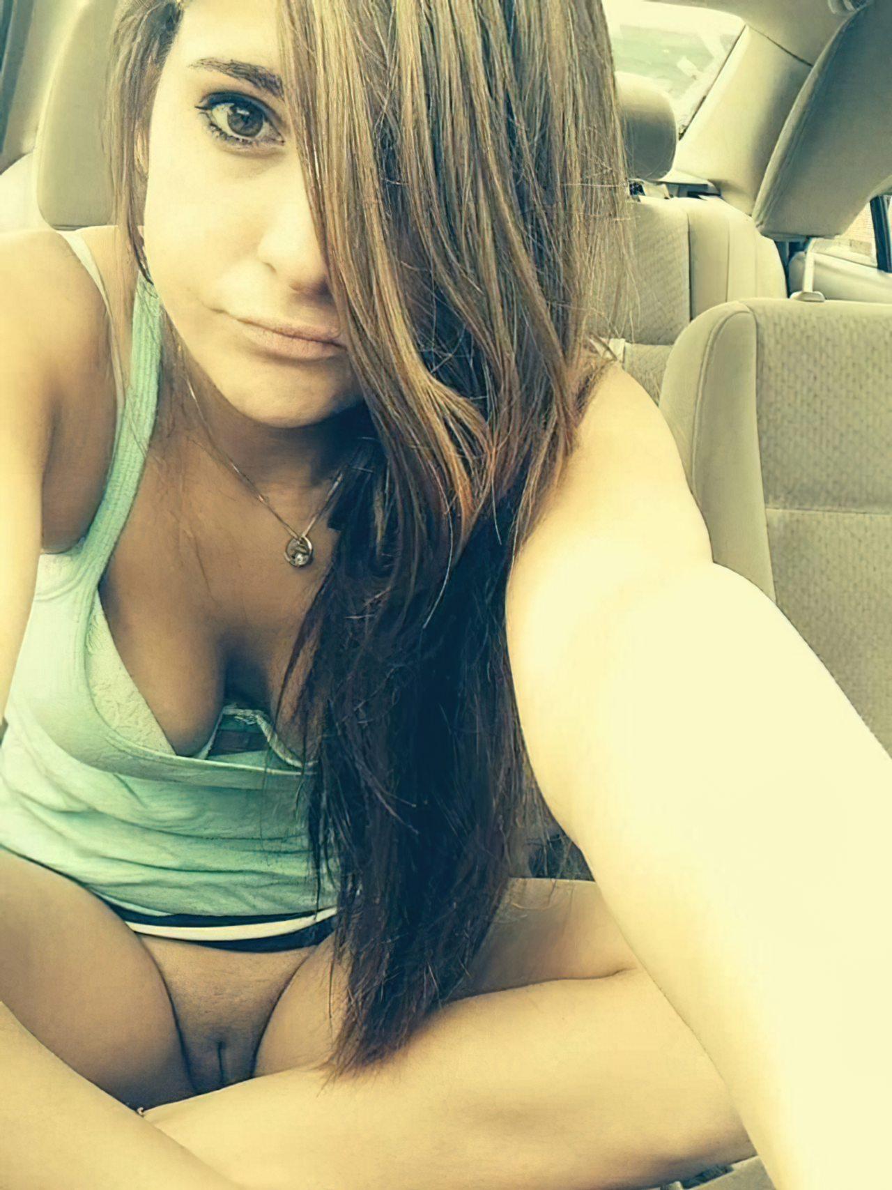 Flagra de sexo dentro do carro coma porta aberta