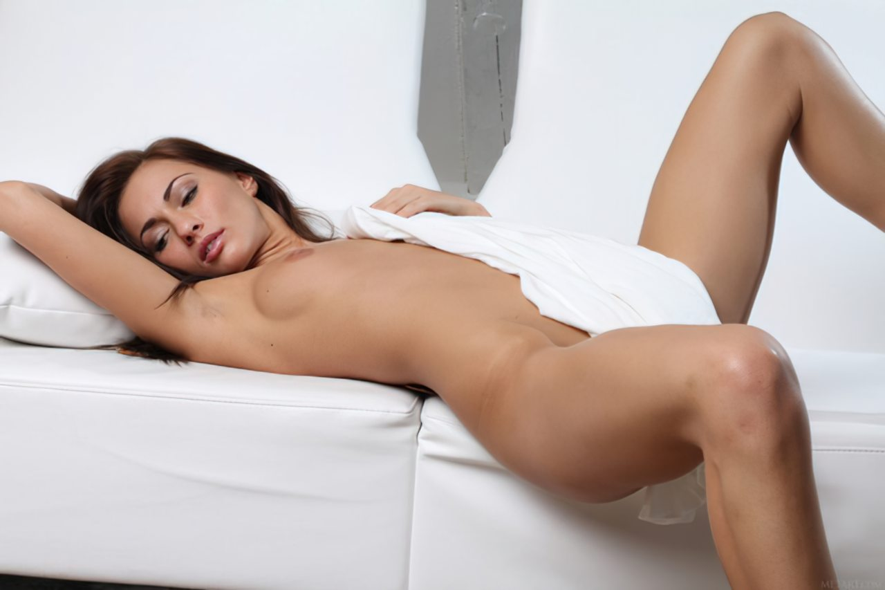 Michaela Isizzu (36)