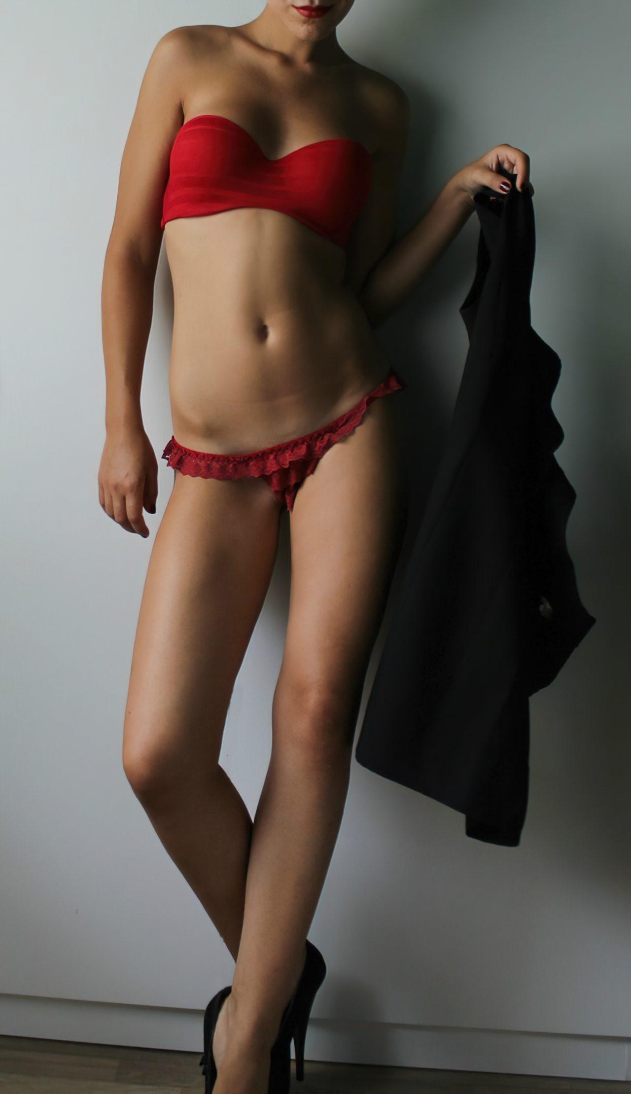 Mulher Despindo Vestido (2)