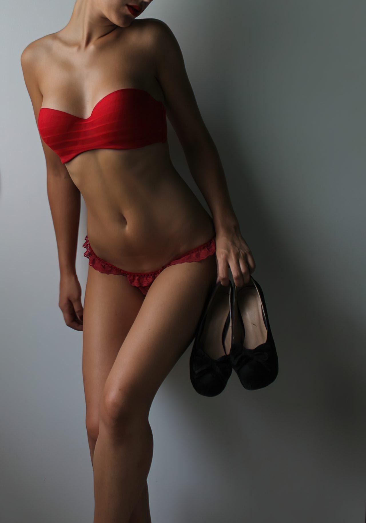 Mulher Despindo Vestido (3)