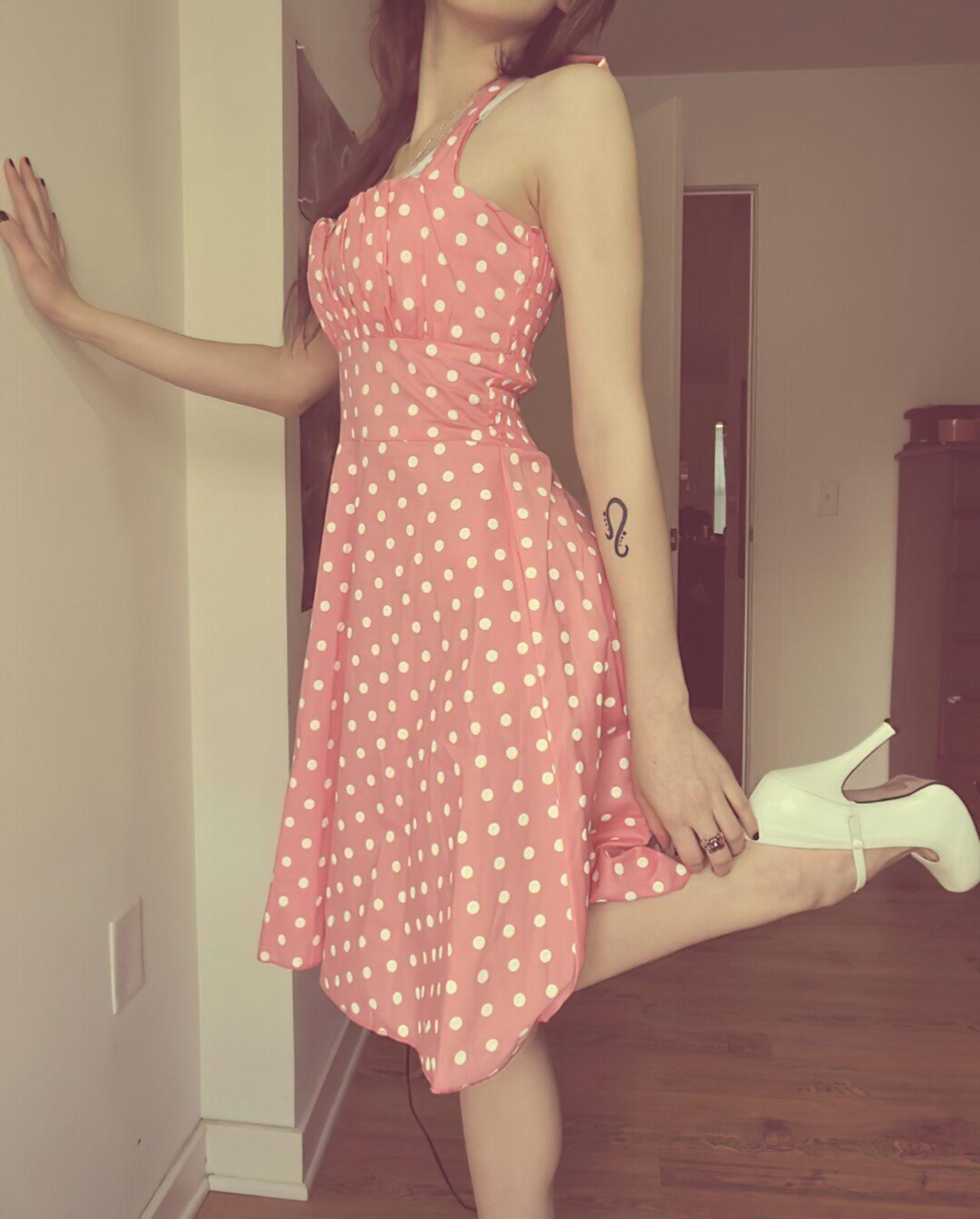 Gatinha Despindo o Vestido (1)