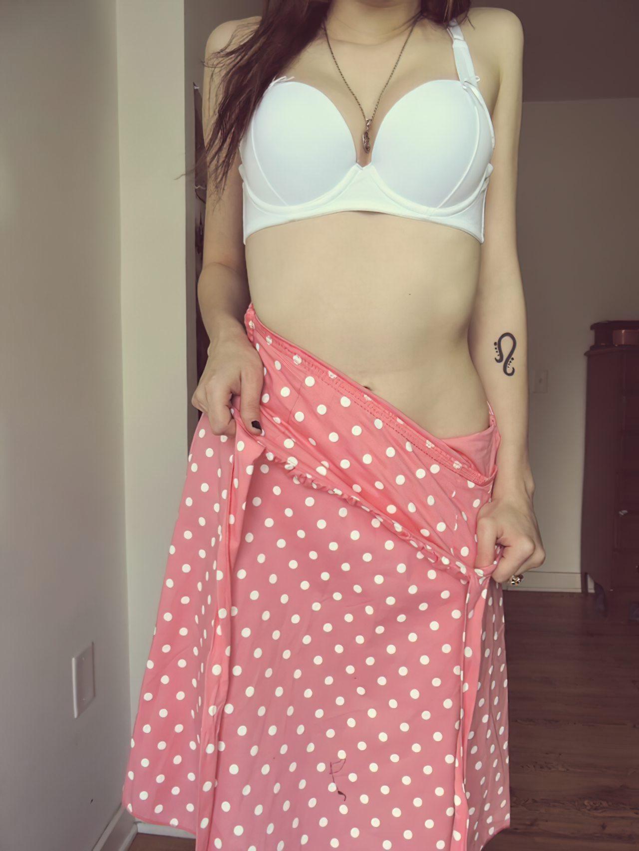 Gatinha Despindo o Vestido (2)