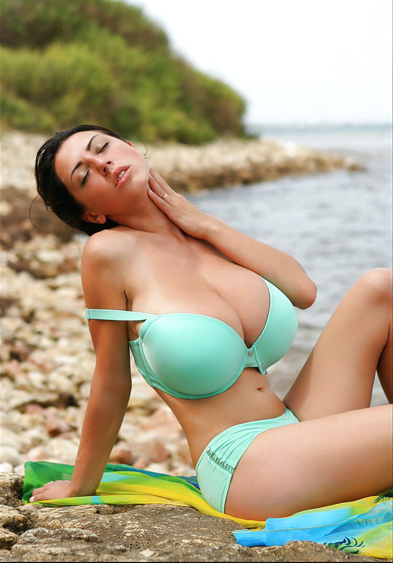 Peituda na Praia (1)