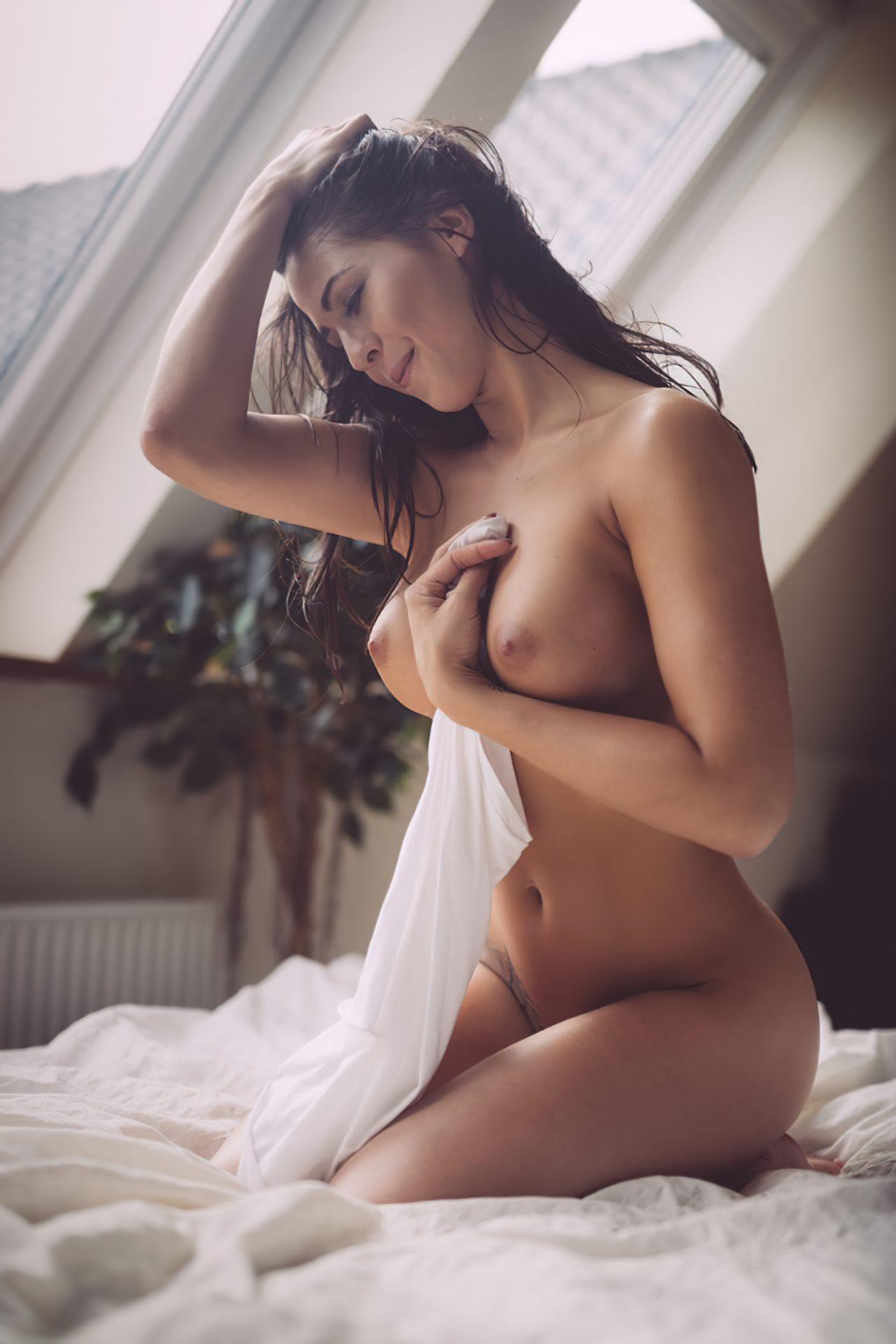Mulher Sensual Acordando Pelada
