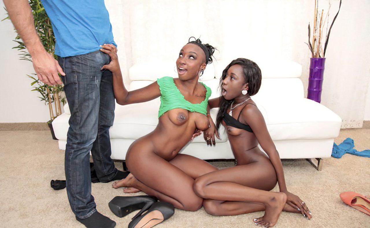 Duas Negras Provando Pau Branco (2)