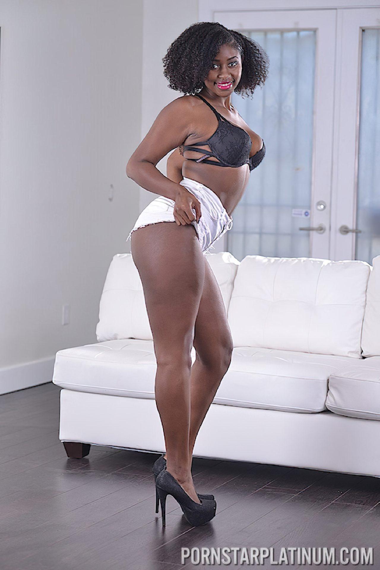 Mulher Negra Despindo Roupa (3)