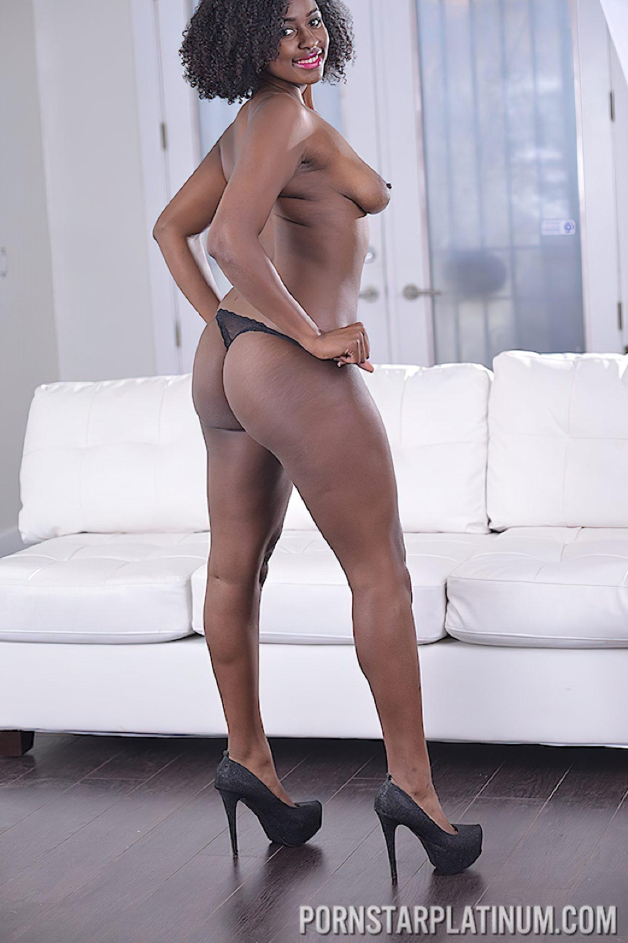 Mulher Negra Despindo Roupa (6)