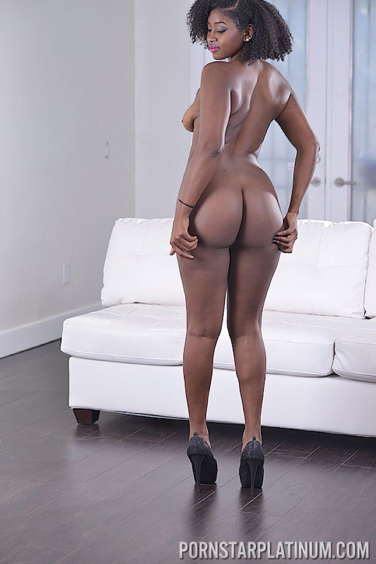 Mulher Negra Despindo Roupa (8)