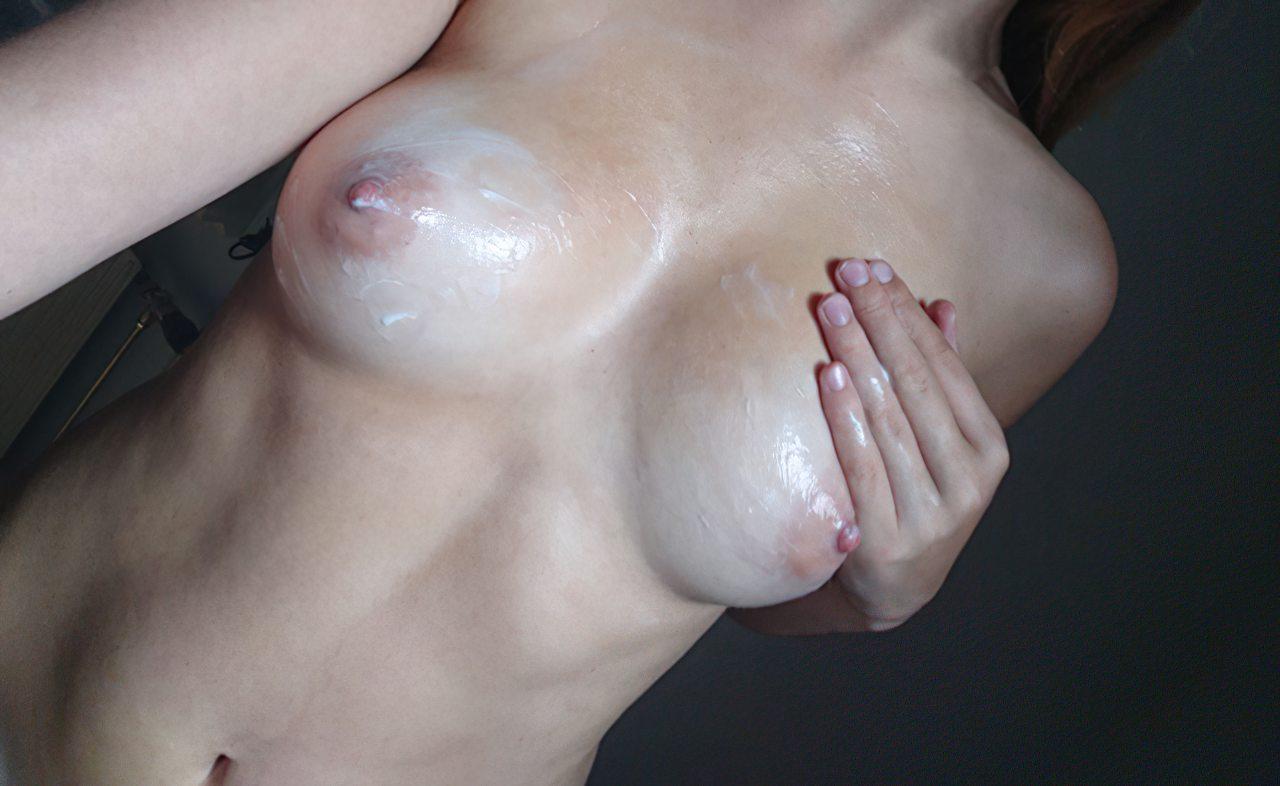 Amadora Passando Creme na Pele (4)