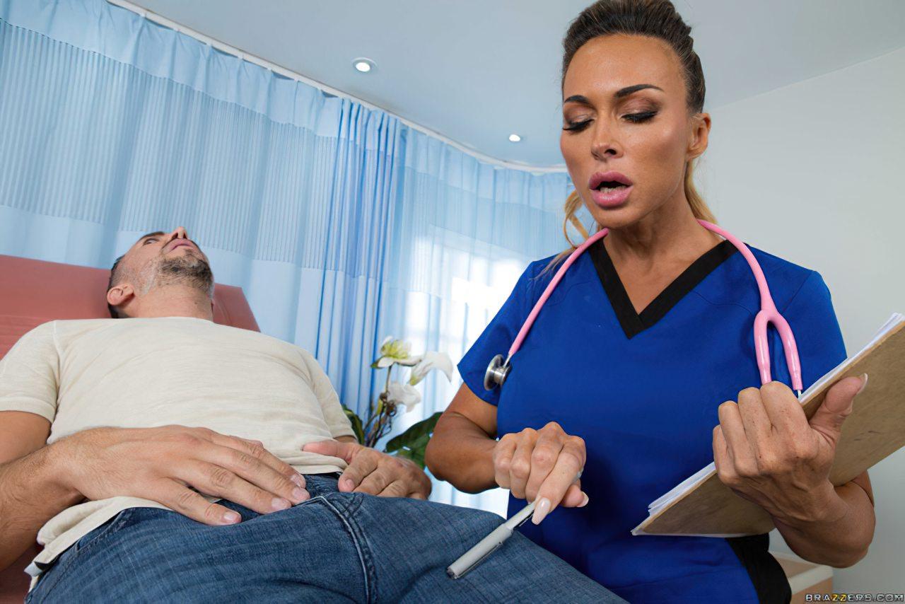Enfermeira Experiente Examinando Paciente (1)