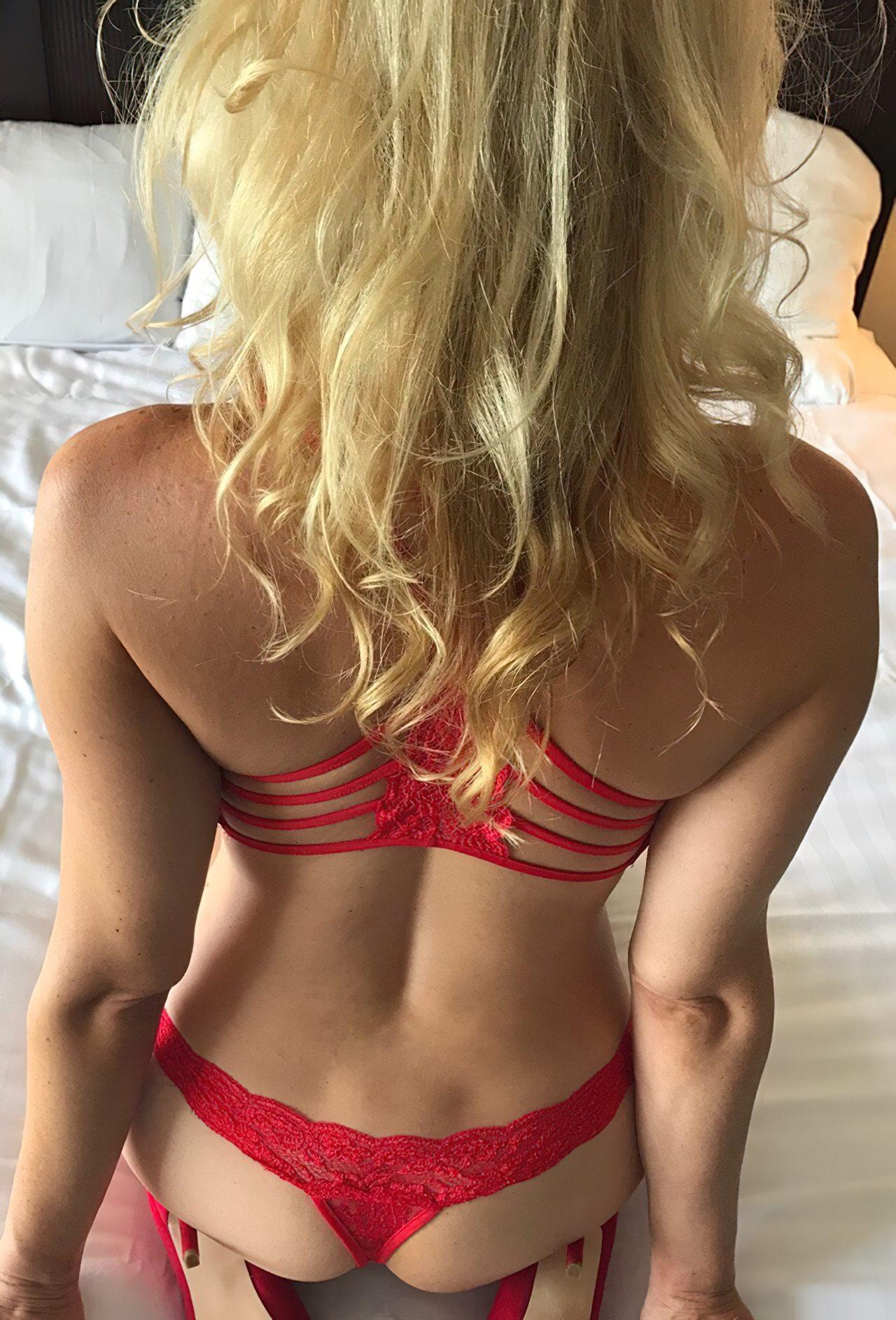 Esposa Exibindo Lingerie Vermelha (1)
