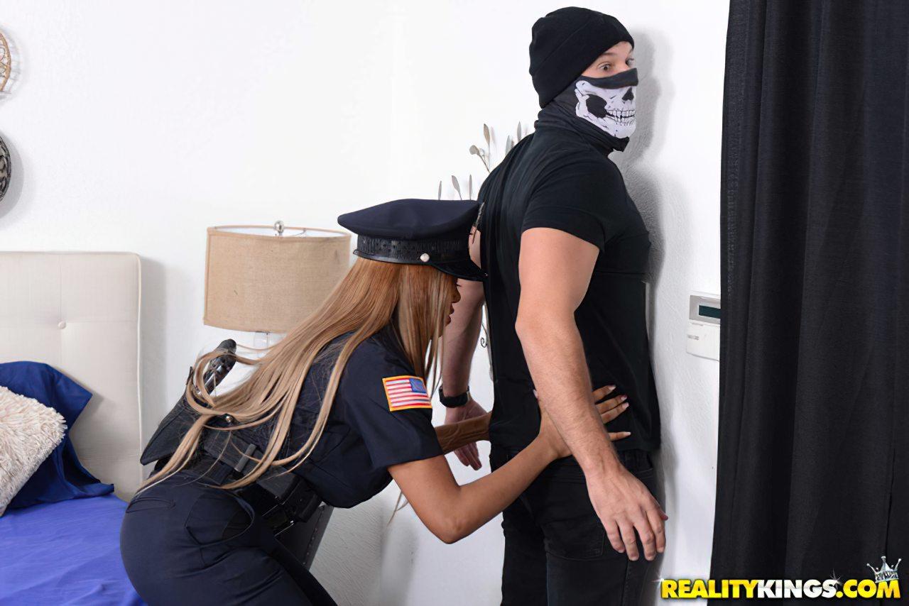 Policial Castigando Ladrao (1)