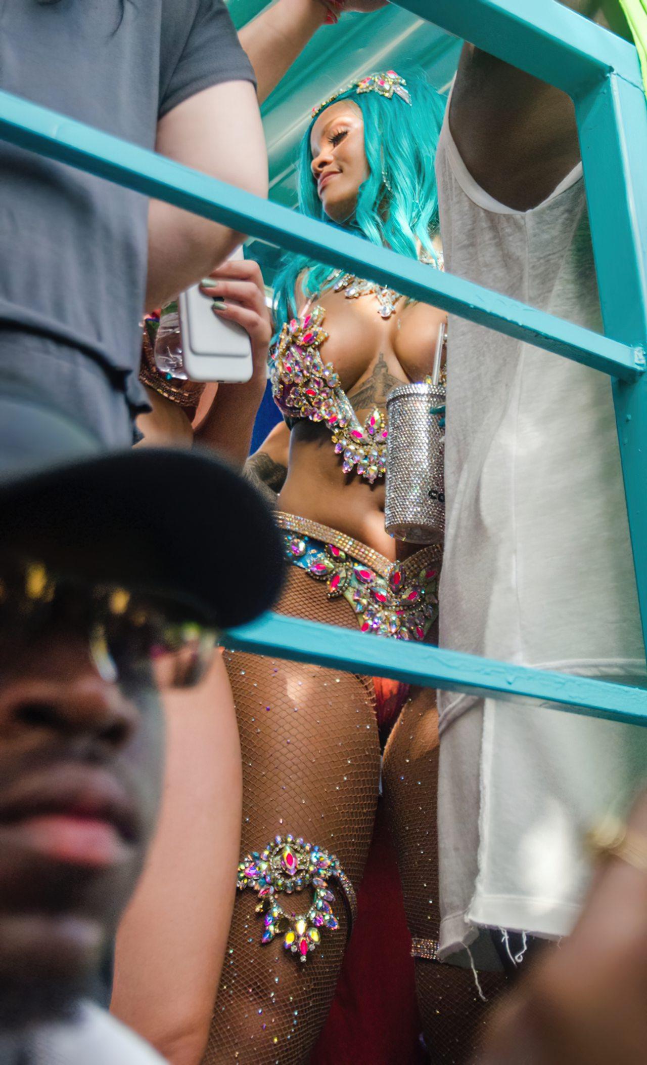 Rihanna Sexy Carnaval (3)
