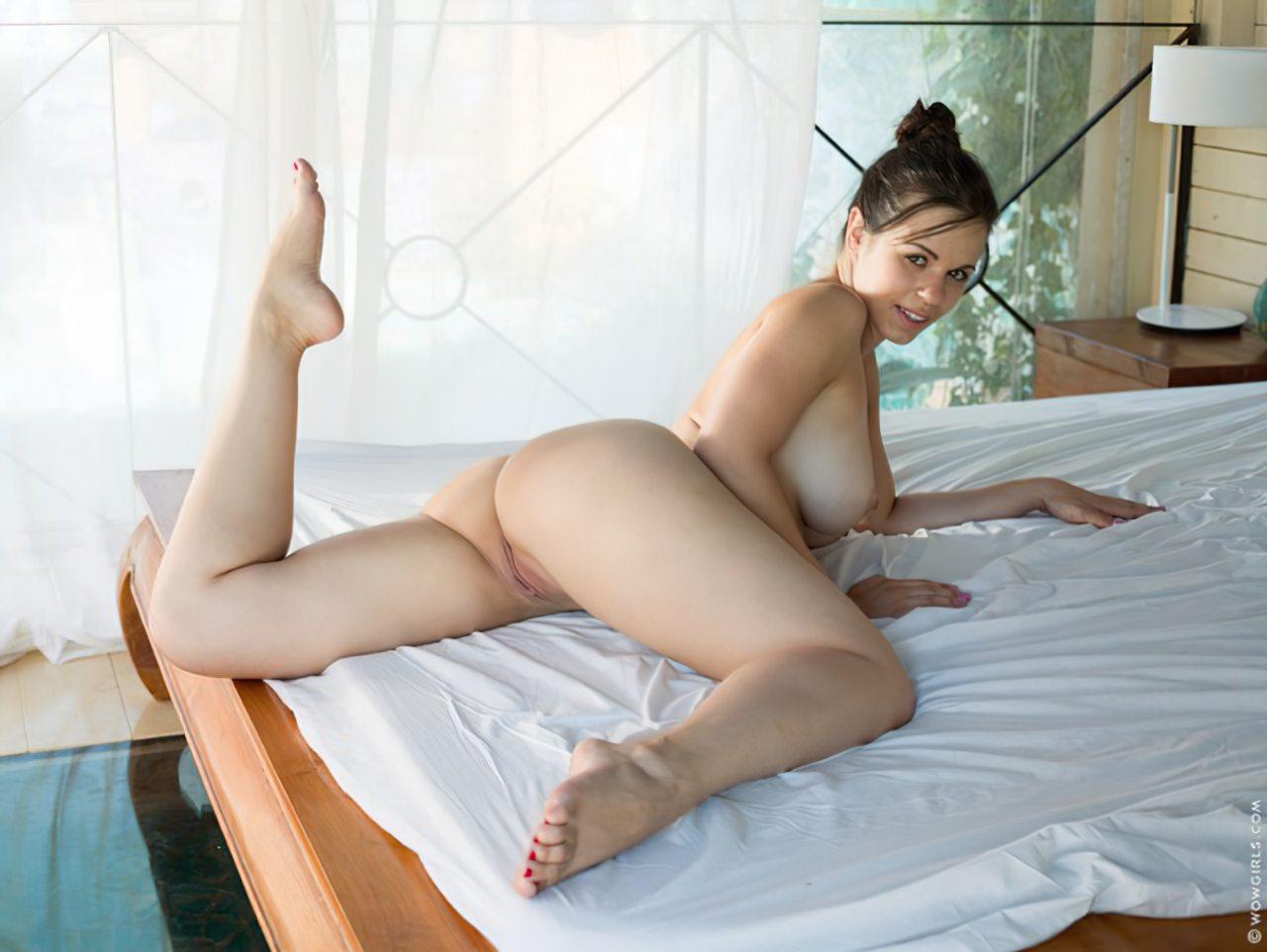 Mulher Nova Fazendo Striptease (14)