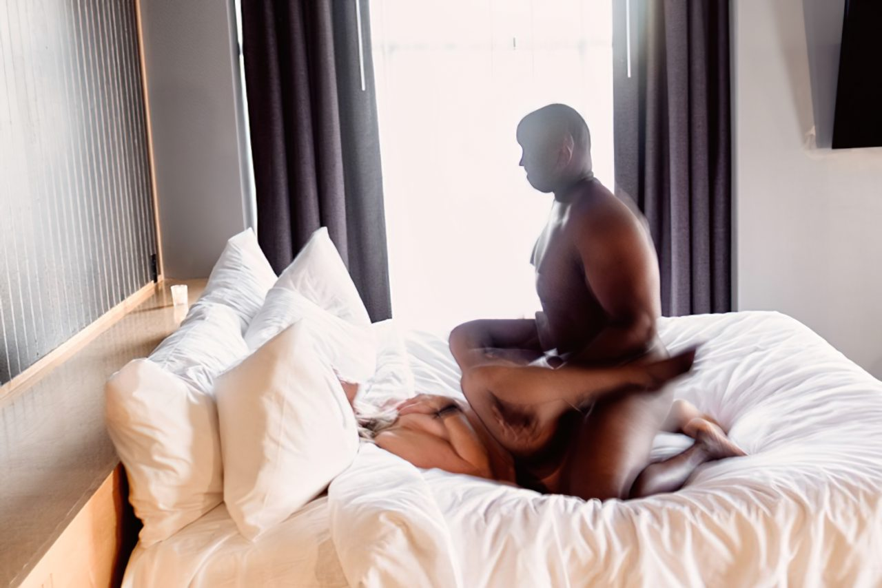 Esposa Transando Negro Dotado Frente do Marido (19)