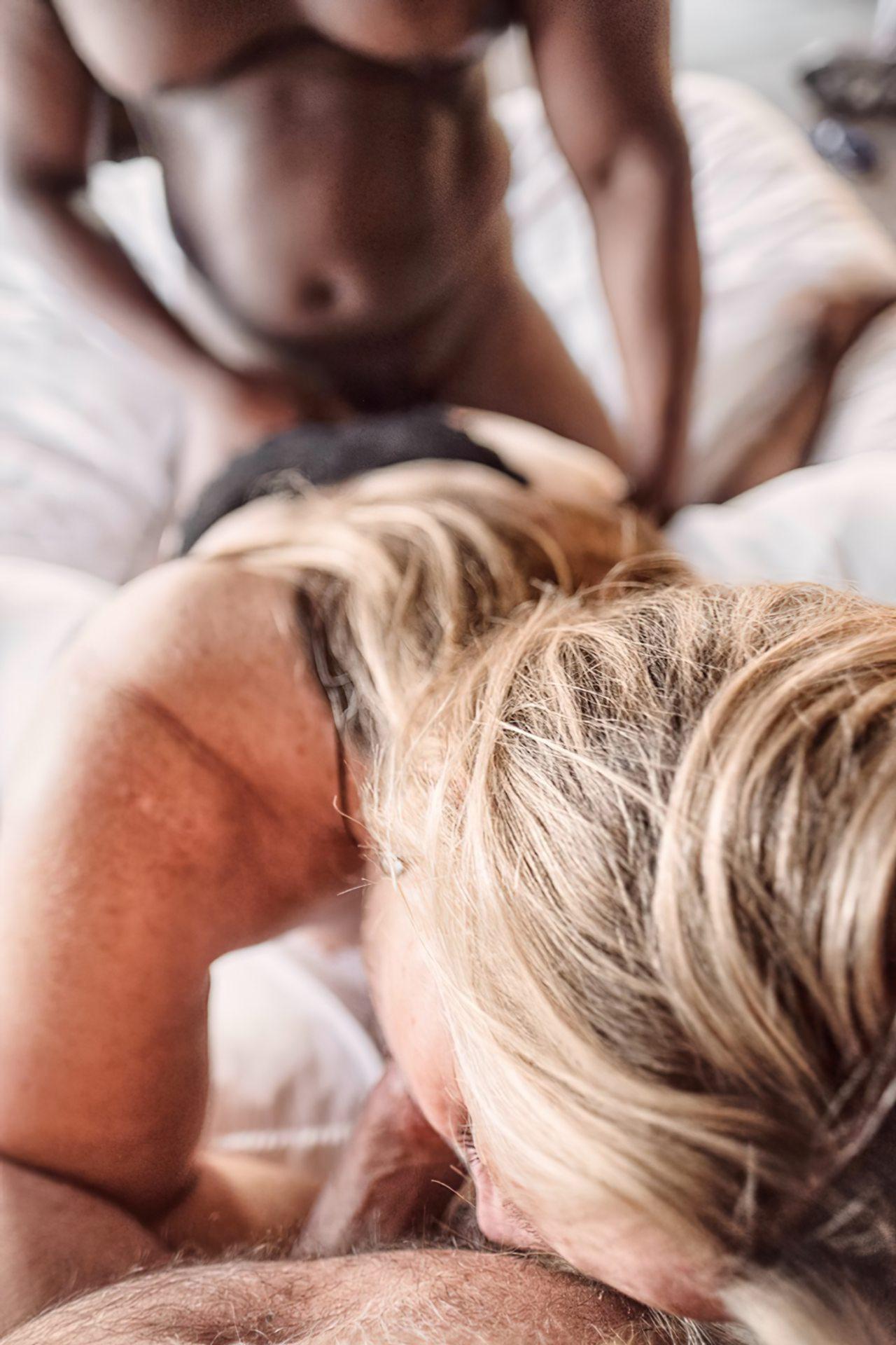 Esposa Transando Negro Dotado Frente do Marido (24)