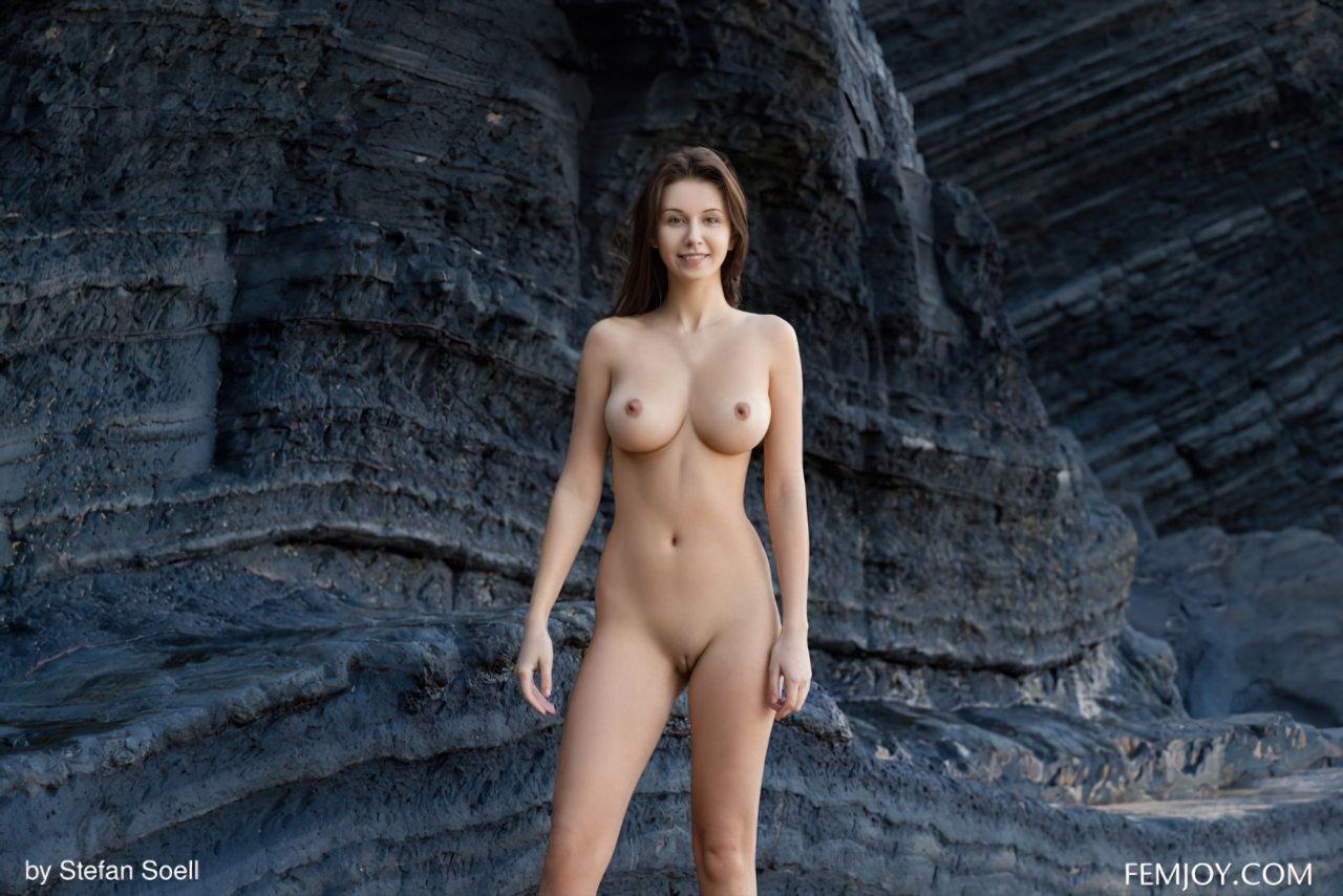 Mulher Gostosa Nua no Meio da Rocha (1)
