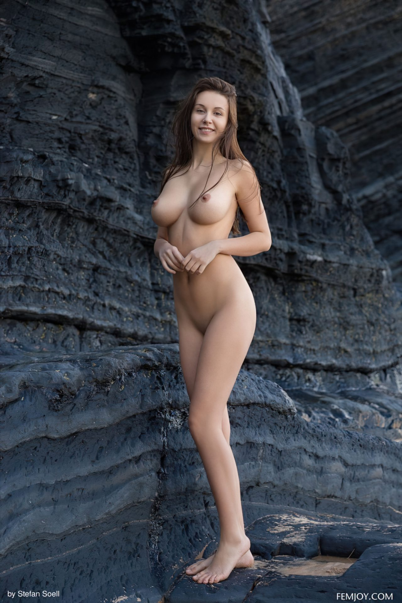 Mulher Gostosa Nua no Meio da Rocha (3)
