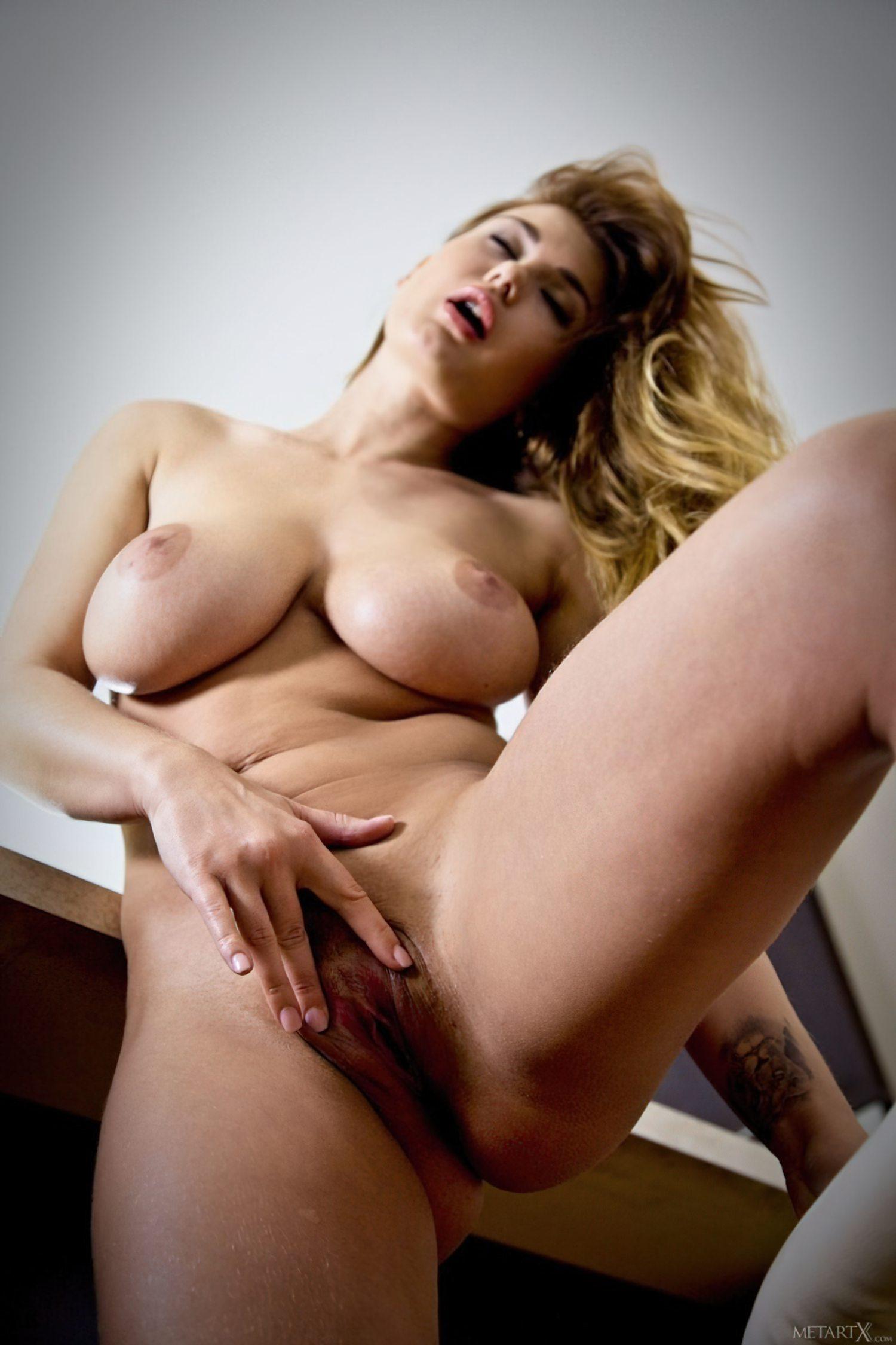Lucy Striptease (8)