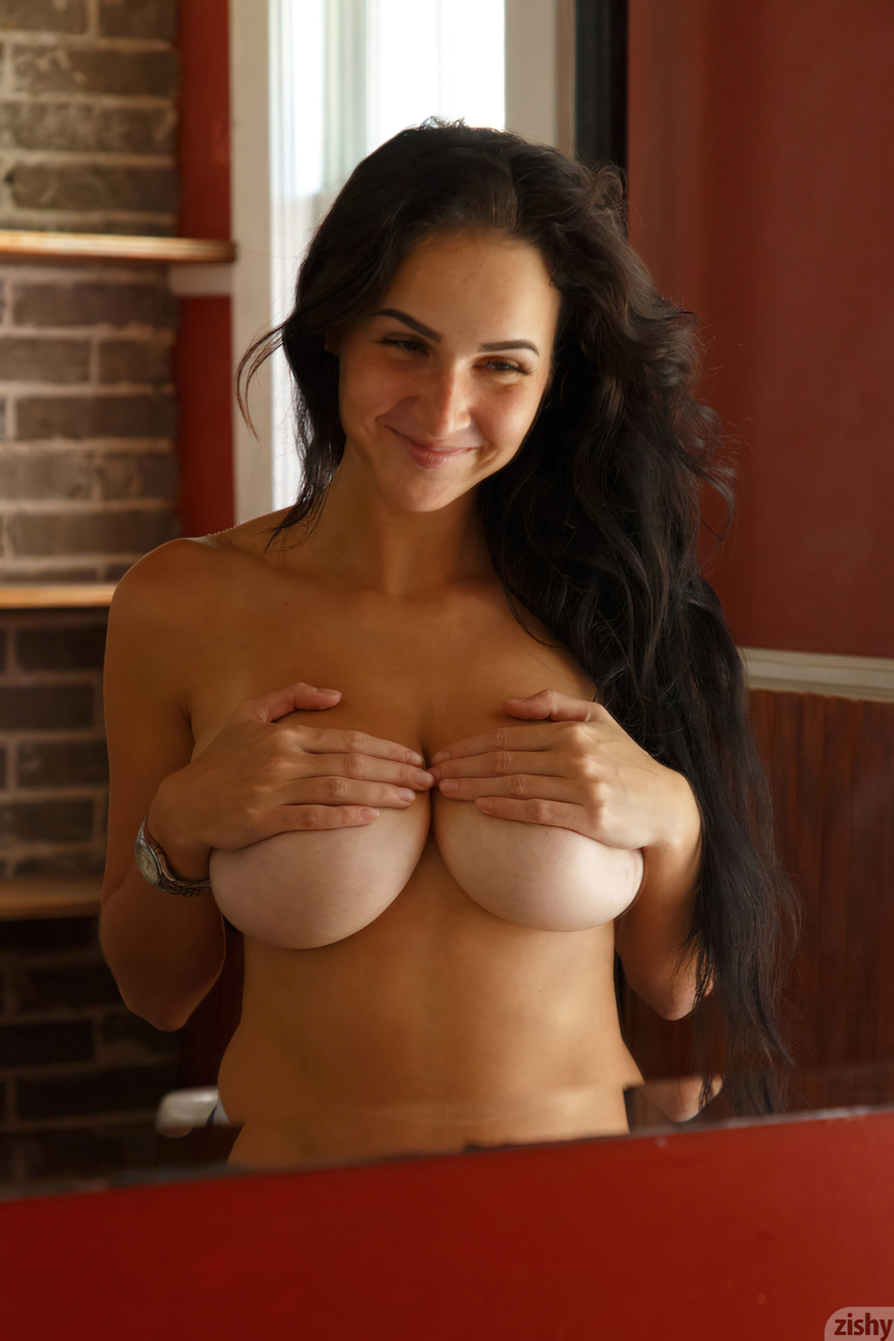 Mulher Escondendo Peitos Grandes (5)